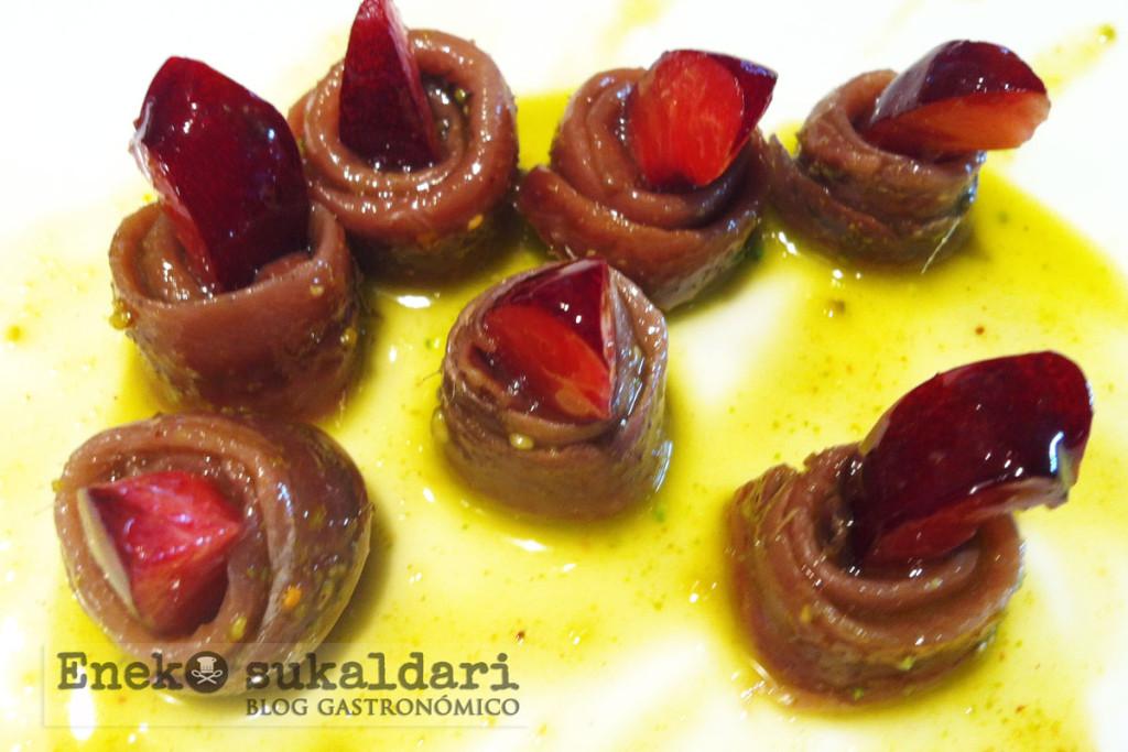 Anchoas con cereza, semillas de tomate y emulsión de pistachos