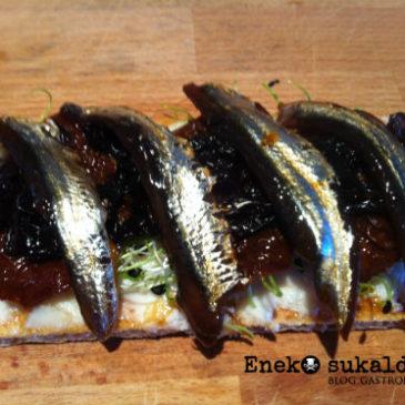 Tosta de anchoas marinadas con alga nori y crema de queso viejo