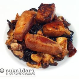 Atún marinado con pasta negra y shitakes