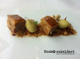 Cochinillo confitado, migas, bellotas vegetales y aromas de prado