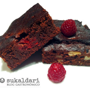 Brownie de chocolate con nueces y frambuesas