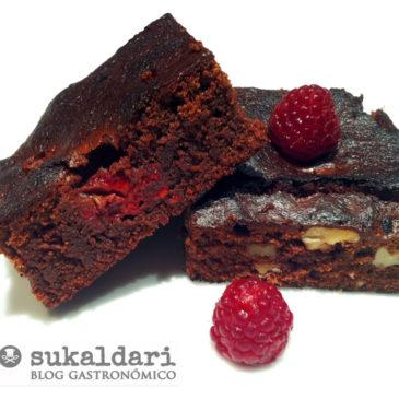 Brownie de chocolate con nueces y frambuesas