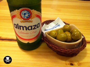 Cerveza libanesa con aceitunas aliñadas