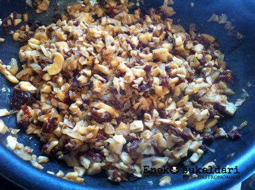 Champiñones rellenos de anchoas y queso de cabra con salsa chipotle