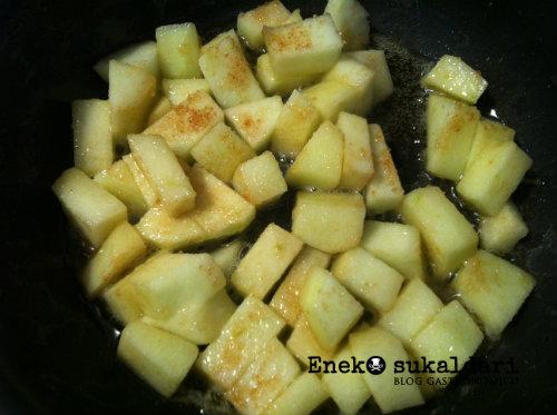 Crema de Idiazabal sobre manzana, con topping de membrillo y nueces