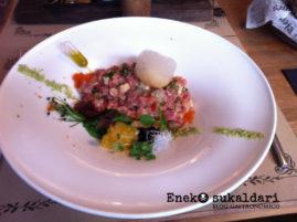 Cebiche Nikkei, atún rojo y salmón en sake y yuzu con salsa de jalapeños y huevas de pez volador