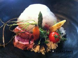 Tataki de atún rojo, leña! puerros y aire de soja