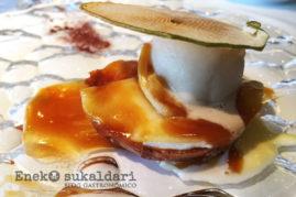 Tosta templada con queso de cameros, manzana reineta y helado de miel