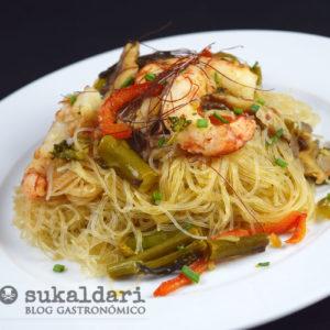 Fideos vermicelli salteados con verduras, setas y gambones