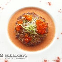 Hamburguesa de atún con emulsión de tomate