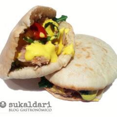 Kebab de caballa con mayonesa de azafrán