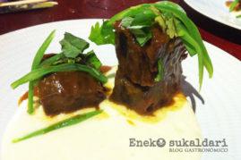 Curri rojo Thai, carrilleras, patata, judías y hierbas