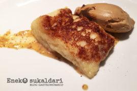 Torrija de pan brioche empapada en leche y confitura de naranja y almendras