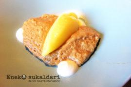 Sabañón de azúcar moscovado, sorbete de naranja amarga y yoguth de lima