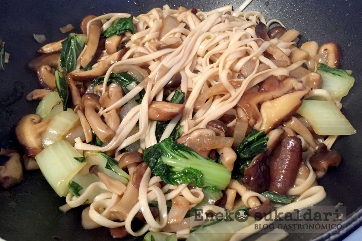 Noodles salteados con setas chinas y presa ibérica