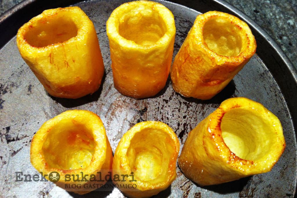 Patatas fritas, rellenas de pimiento asado, huevo y pelotxos de Idiazabal