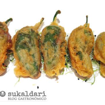 Pimientos de Gernika rellenos de chipirón en tempura
