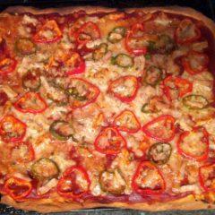 Pizza de lomo con pimientos y queso carranzana a la sal de Añana