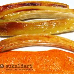 Puerros asados al horno con salsa romesco