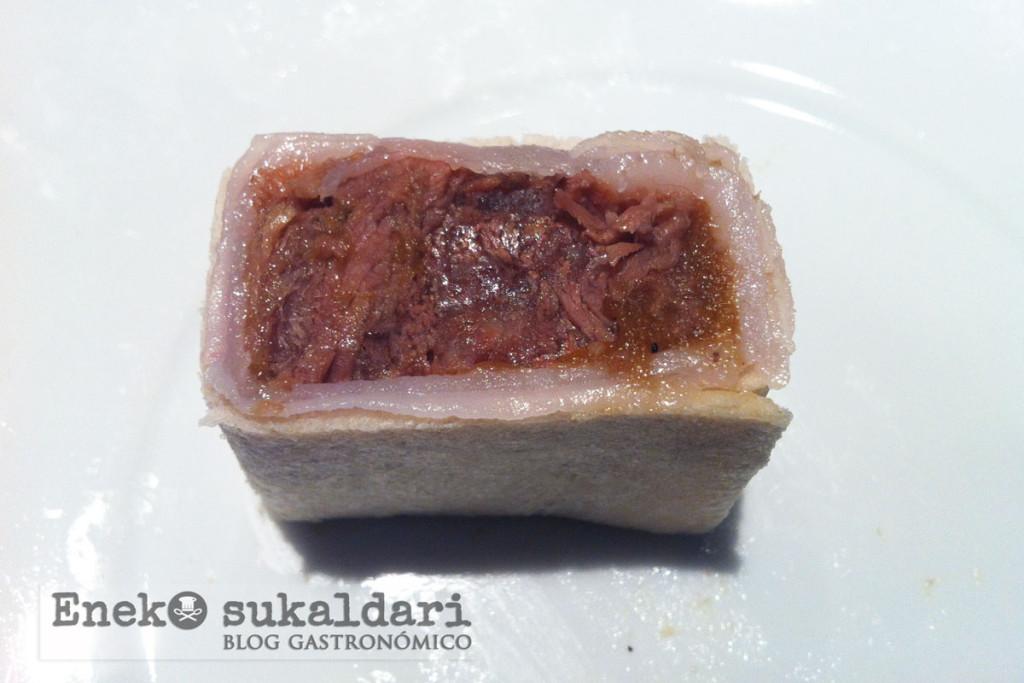Raviolis de rabo de vaca betizu envueltos en pan y jugo de legumbres by Eneko Atxa