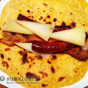 Talo berezi con txistorra, panceta y queso Idiazabal