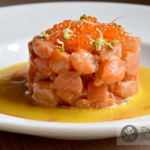 Tartar de salmón con salsa de huevo y mostaza - receta - Eneko sukaldari