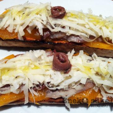 Tosta de kakis a las dos anchoas con queso Idiazabal