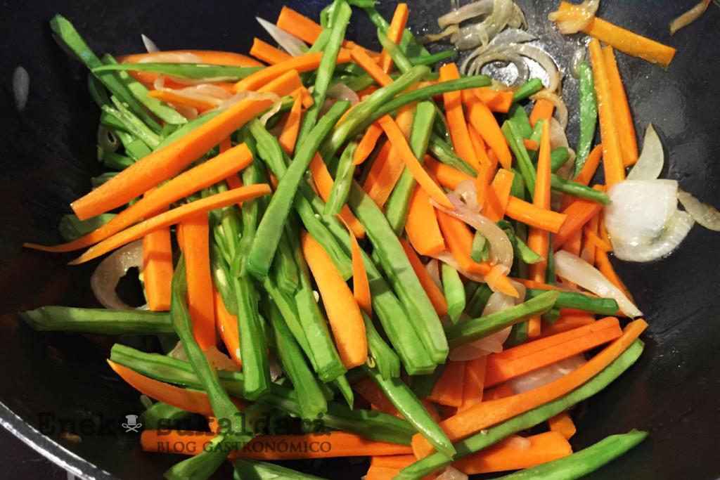 Udon con verduras salteadas