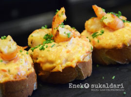 Salmón con verduras, huevo cocido y langostino